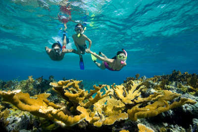 Couple teaching son to snorkel PCH0004951