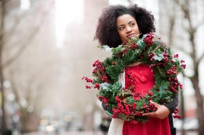 Media Bakery ID: TET0042728 USA, Washington State, Seattle, Young woman holding christmas wreath