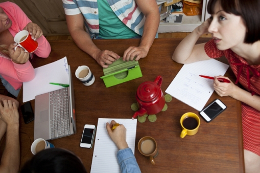 Media Bakery ID: CUL0125786 Flatmates brainstorming around kitchen table